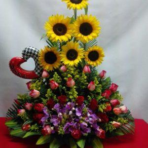Arreglo con girasoles y rosas rojas y salmón con orquídeas