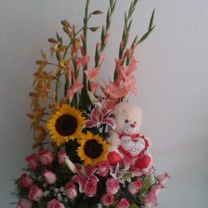 Arreglo con gladiolo rosas rosadas y peluche