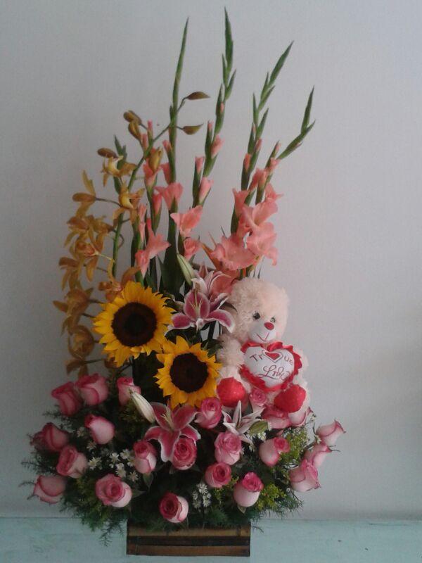 Arreglo con gladiolo rosas rosadas y peluche-Floristería Cali