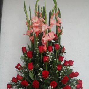 Arreglo con gladiolo y rosas rojas
