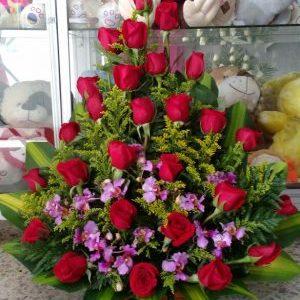 Arreglo con orquídeas y rosas rojas