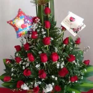 Arreglo con papiros y rosas rojas