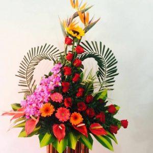 Arreglo palma corazón rosas y orquídeas