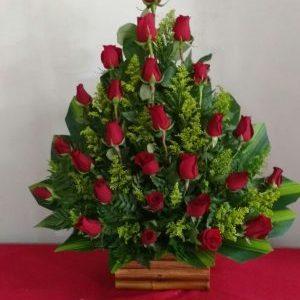 Arreglo abanico y rosas rojas