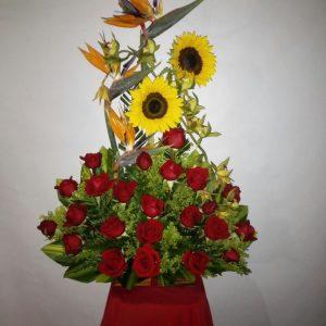 Arreglo aves del paraíso ,girasoles y rosas rojas