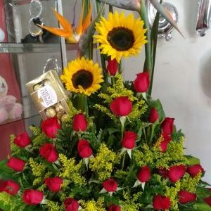 Arreglo aves , girasoles, rosas rojas y chocolates ferreros