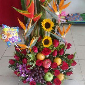 Arreglo con frutas , aves del paraíso, rosas rojas orquídeas hawaiana