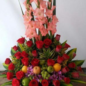 Arreglo con frutas, gladiolos y rosas rojas