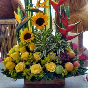 Arreglo con frutas y rosas amarillas