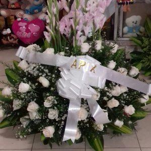 Arreglo fúnebre abanico gladiolos y rosas blancas
