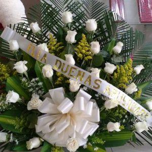 Arreglo fúnebre abanico rosas blancas y solidago