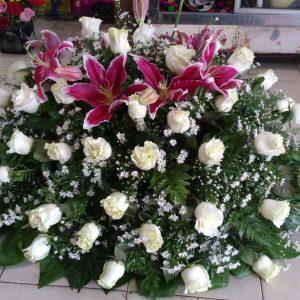 Arreglo fúnebre cubre caja rosas blanca y lirios fucsia