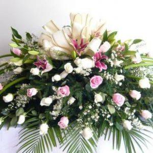 Arreglo fúnebre cubre caja rosas blancas y rosadas