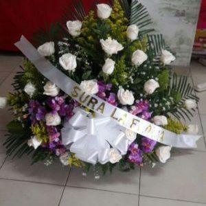 Arreglo fúnebre rosas blancas y orquídeas hawaianas