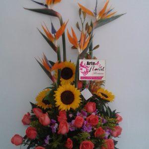 Arreglo girasoles ,aves ,rosas salmón y orquídeas hawaianas