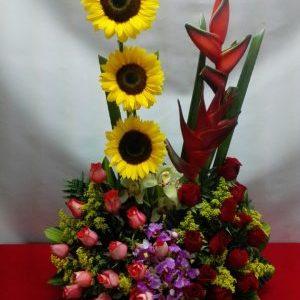 Arreglo girasoles, heliconias ,rosas rojas ,rosas salmón y orquídeas