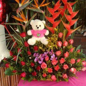 Arreglo jardinera aves ,heliconias y rosas rojas y rosadas