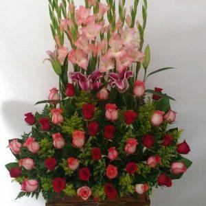 Arreglo jardinera gladiolos, lirios , rosas rojas y salmón
