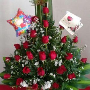 Arreglo papiros y rosas rojas
