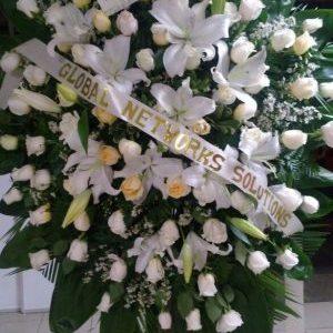 Corona fúnebre con rosas blancas y lirios