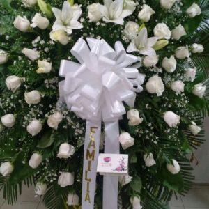 Corona fúnebre rosas blancas lirios y perla