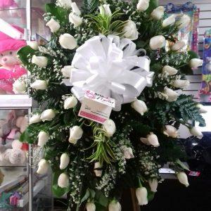 Corona fúnebre rosas blancas y canción de la india