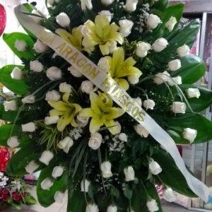 Corona fúnebre rosas blancas y lirios amarillos