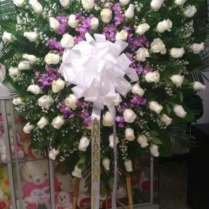 Corona fúnebre rosas blancas y orquídeas hawaiana y perlas