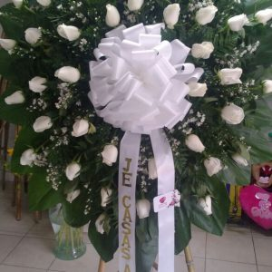 Corona fúnebre rosas blancas y perlas