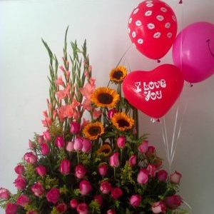 Jardinera con gladiolos y rosas fucsia