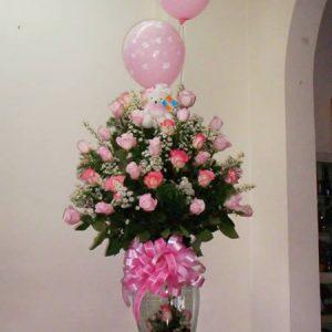 Samaritano con rosas rosadas y globos