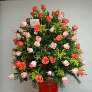 Samaritano con rosas salmón y rosas rosadas